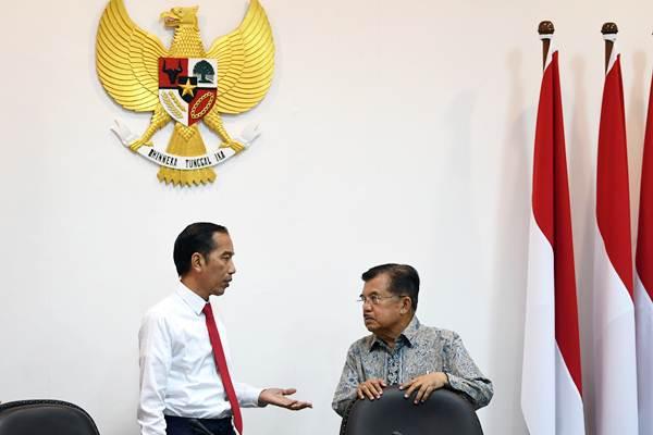 Presiden Joko Widodo (kiri) berdiskusi dengan Wakil Presiden Jusuf Kalla sebelum memimpin rapat terbatas di Kantor Presiden, Jakarta, Kamis (8/11/2018). - ANTARA/Wahyu Putro A