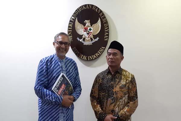 Dubes Inggris untuk Indonesia, Moazzam Malik dan Mendikbud Muhadjir Effendy usai melakukan pertemuan di Kantor Kemendikbud Gedung A, Senayan, Jakarta Pusat, Jumat (23/11 - 2018)