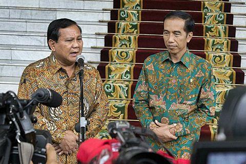 Presiden Joko Widodo (kanan) dan Ketua Dewan Pembina Partai Gerindra Prabowo Subianto mengadakan jumpa pers, seusai pertemuan tertutup di Istana Kepresidenan Bogor, Jawa Barat, Kamis (29/1/2015). - Antara/Widodo S. Jusuf