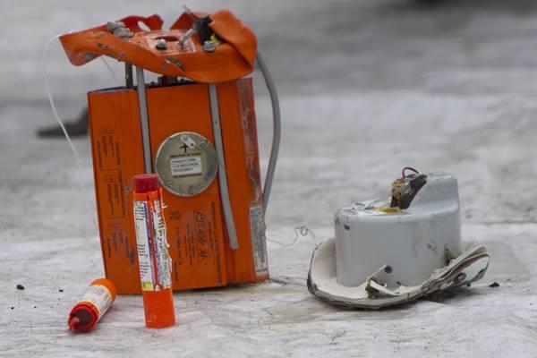 Puing pesawat Lion Air PK-LQP JT-610 di Pelabuhan Tanjung Priok, Jakarta, Senin (5/11/2018). Pada operasi evakuasi badan pesawat Lion Air PK-LQP JT 610 hari ke delapan tim SAR gabungan menemukan puing pesawat yaitu Emergency Locater Transmitter (ELT), Direction Flight, dan bagian roda pesawat. - Antara