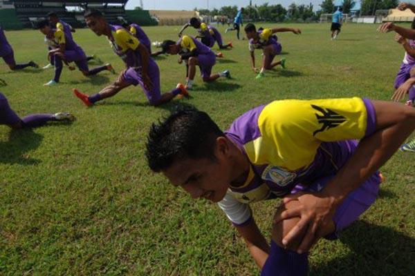 Para pemain Persiba Balikpapan tengah berlatih pada Maret 2016. - Antara/Saiful Bahri