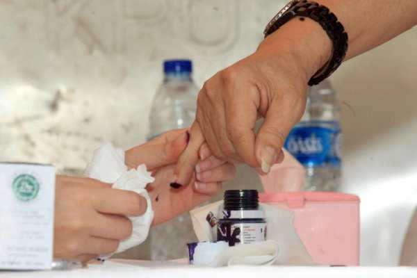Seorang pemilih mencelupkan tinta setelah mencoblos pada Pilkada DKI 19 Aprol - Bisnis/Dedi Gunawan