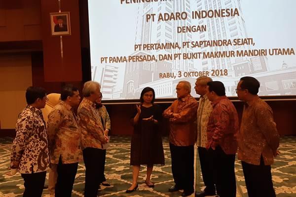 Menteri Keuangan Sri Mulyani bersama para pengusaha yang berkomitmen menggunakan rupiah dalam transaksi di dalam negerinya, di Kantor Kementerian Keuangan, Jakarta, Rabu (3/10)./JIBI - BISNIS/Rizaldi Mohamad Azka