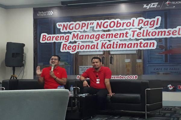 General Manager (GM) Sales Regional Kalimantan Mulya Budiman didampingi GM ICT Operation Regional Kalimantan Rahmad Putra Jaya memberi keterangan perihal Telkomsel kepada wartawan di Balikpapan, Jumat (23/11). JIBI - BISNIS/Sophia Andayani