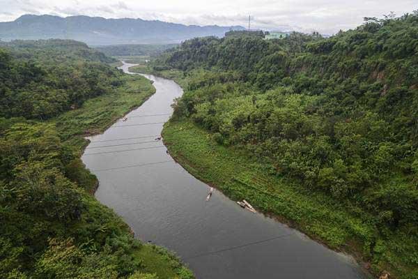 Suasana pemandangan sungai Citarum di kawasan Rajamandala, Kabupaten Bandung Barat, Jawa Barat, Senin (15/1). - ANTARA/Raisan Al Farisi