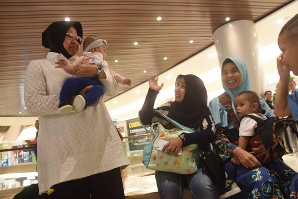 Wali Kota Surabaya Tri Rismaharini (kiri) menyapa pengunjung ketika berkunjung ke salah satu pusat perbelanjaan di Surabaya, Jawa Timur, Senin (21/5).  - Antara