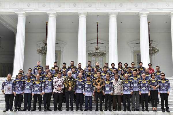 Presiden Joko Widodo (tengah) berfoto dengan Himpunan Pengusaha Muda Indonesia (HIPMI) di halaman depan Istana Merdeka, Jakarta, Kamis (5/4/2018). - ANTARA/Puspa Perwitasari