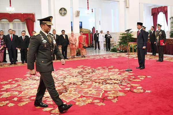 Presiden Joko Widodo (kanan) bersiap melantik pejabat baru Kepala Staf Angkatan Darat (KSAD) Letjen TNI Andika Perkasa (kiri) di Istana Merdeka, Jakarta, Kamis (22/11/2018). - ANTARA/Wahyu Putro A
