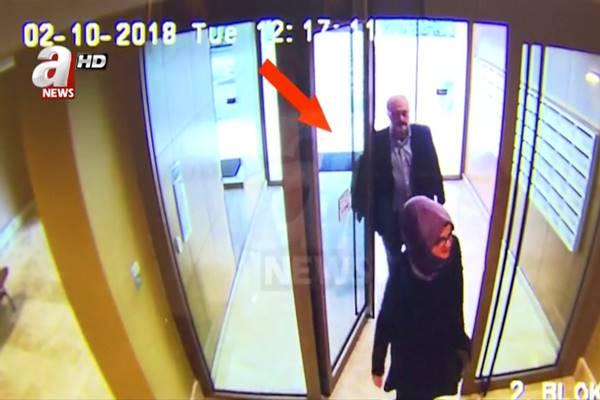Gambar diambil dari video CCTV dan diperoleh oleh 'A News' menunjukkan wartawan Saudi Jamal Khashoggi dan tunangannya meninggalkan rumah mereka pada hari dia menghilang di Istanbul, Turki 2 Oktober 2018. - Reuters