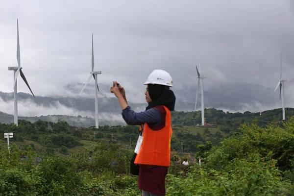 Ilustrasi: Pengunjung beraktivitas di dekat turbin Pembangkit Listrik Tenaga Bayu (PLTB) Sidrap, di Kecamatan Watang Pulu Kabupaten Sindereng Rappang, Sulawesi Selatan, Senin (15/1). - JIBI/Abdullah Azzam