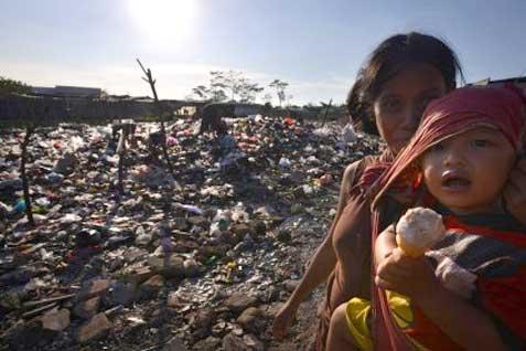 Ilustrasi: Seorang ibu menggendong anak dengan latas belakang tumpukan sampah.