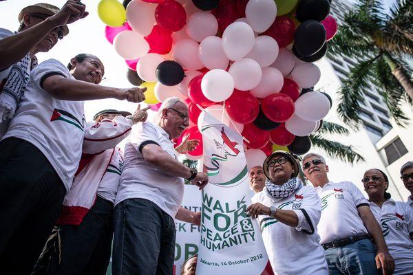 Menteri Luar Negeri Retno Marsudi (ketiga kanan) bersama Menteri Luar Negeri Palestina Riyad al-Malki (keempat kiri) melepas balon dalam kegiatan