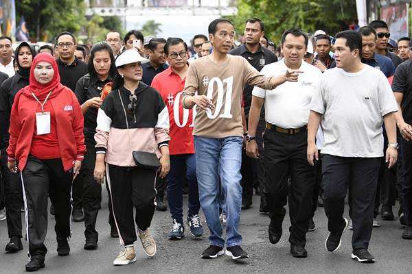 Calon Presiden nomor urut 01 Joko Widodo (keempat kanan) didampingi istri Iriana Joko Widodo (tengah) dan Ketua Tim Kampanye Nasional Erick Thohir (kedua kanan) mengikuti jalan sehat bertajuk Sehat Bersama 01JokowiLagi di Lampung, Sabtu (24/11/2018). - ANTARA/Puspa Perwitasari
