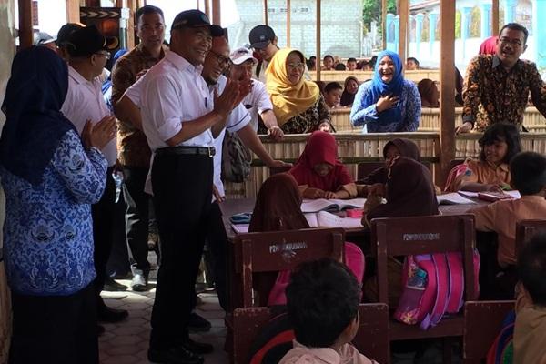 Mendikbud Muhadjir Effendy meninjau pelaksanaan belajar mengajar di tenda penampungan korban gempa di Palu dan Donggala, Sabtu (17/11/2018). - Istimewa/Kemendikbud