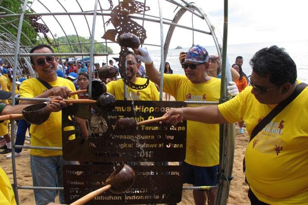 General Manajer PT Pelindo IV (Persero) area Bitung Damianto Pangaribuan (kanan) bersama dengan Direktur PT Pelni (Persero) O. M. Sodikin (kiri) saat upacara 'pembaptisan' Domus Hippocampi yang bakal ditenggalamkan pada rangkaian acara 5th Coral Day di Pulau Bangka, Kabupaten Minahasa Utara, Sabtu (24/11/2018). - Bisnis/Lukas Hendra