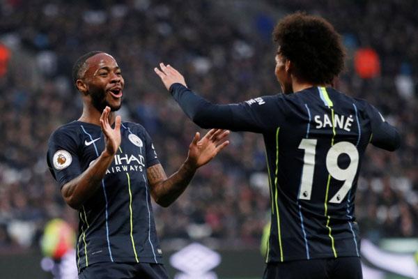 Penyerang Manchester City Raheem SZterling (kiri) merayakan golnya ke gawang West Ham bersama Leroy Aziz Sane. - Reuters/David Klein