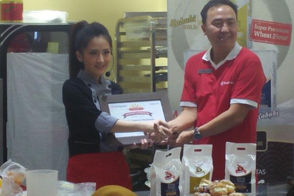 Sales & Marketing Director Bungasari Flour Miils Indonesia Budianto Wijaya (kanan) berfoto bersama Chef Livianca di booth stand Bungasari Flour Mills di Pameran SIAL Interfood Jiexpo, Kemayoran, Jakarta. - Bisnis/Dedwi Andriani