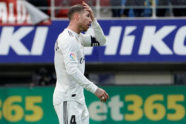 Kapten Real Madrid Sergio Ramos memegang kepala menunjukkan dia tidak percaya timnya digasak Eibar 0 - 3. - Reuters/Vincent West