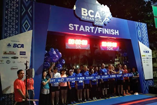 Sejumlah peserta lari 10 K bersiap mengikuti BCA Medan Run 2018 yang diselenggarakan di Lapangan Benteng, Medan. - Bisnis/Gita A. Cakti