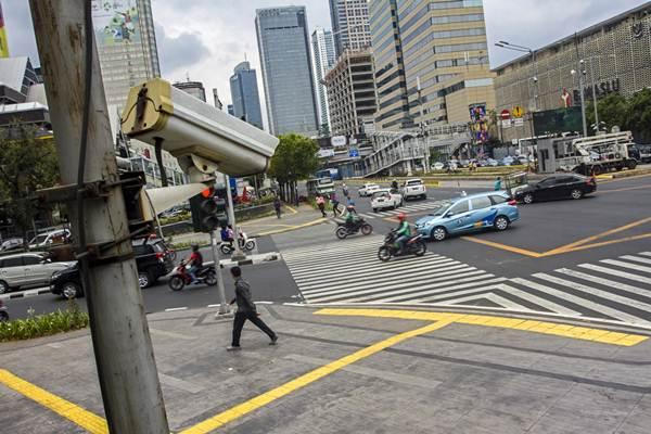 Sejumlah kendaraan melintas di kawasan Jalan MH Thamrin, Jakarta, Kamis (20/9). Pemprov DKI Jakarta bersama Direktorat Lalu Lintas Polda Metro Jaya pada awal Oktober 2018  melakukan uji coba sistem tilang elektronik (e-tilang) untuk pelanggaran kecepatan, pelanggaran rambu lalu lintas, pelanggaran marka, tindakan melawan arus, pengeteman, dan parkir liar. - Antara
