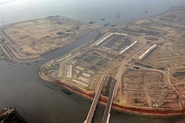 Foto udara pulau hasil reklamasi, di Teluk Jakarta, Kamis (11/5). - Antara/Indrianto Eko Suwarso