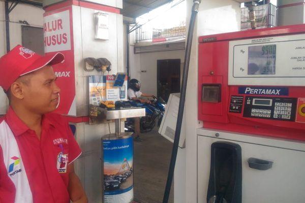 Harga Pertamax di Riau naik menjadi Rp9.900 per liter setelah PT Pertamina (Persero) melakukan penyesuaian seiring naiknya harga minyak dunia, Senin (2/7). - Bisnis/Arif Gunawan