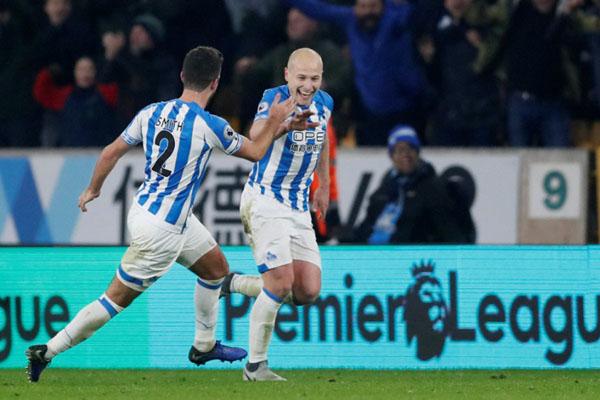 Gelandang Huddersfield Aaron Mooy (kanan) merayakan gol keduanya ke gawang Wolverhampton bersama kapten tim Tommy Smith. - Reuters/Matthew Childs