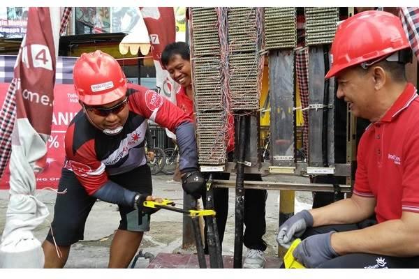 GM Telkom Witel Denpasar I Komang Widnyana Karang (kiri) melakukan pemutusan jaringan kabel tembaga menandai modernisasi jaringan ke fiber optik di RV STO Monang-Maning Denpasar, Jumat (7/4/2017). Telkom Denpasar tahun ini menyediakan capex Rp185 miliar untuk modernisasi jaringan dari kabel tembaga ke fiber optik. - Bisnis/Ema Sukarelawanto