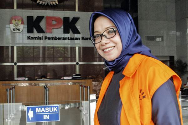 Tersangka kasus dugaan suap PLTU Riau-1 Eni Maulani Saragih berjalan untuk menjalani pemeriksaan di gedung KPK, Jakarta, Kamis (27/9/2018). - ANTARA/Muhammad Adimaja