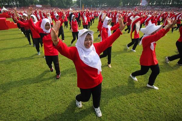 Ribuan guru mengikuti senam bersama di lapangan Gelora 10 Nopember Surabaya, Jawa Timur, Minggu (25/11/2018). Kegiatan yang diikuti ribuan guru Taman Kanak-Kanak, SD maupun SMP se-Surabaya tersebut untuk memperingati Hari Guru Nasional. - Antara