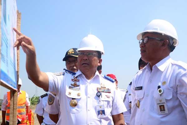 Dirjen Perhubungan Darat Budi Setiyadi (kiri) bersama Bupati Demak M.Natsir usai melakukan groundbreking Terminal Tipe A di Kabupaten Demak, Jumat (20/7 - 2018).