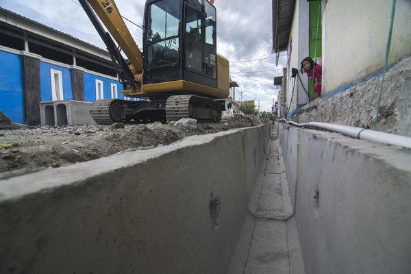 Seorang bocah melongok di dekat box culvert (kotak saluran air) untuk drainase yang baru diperbarui di salah satu kompleks perumahan di Palu, Sulawesi Tengah, Senin (19/11/2018). Pemerintah setempat mulai menata kembali lingkungan perumahan yang fasilitasnya rusak. - Antara/Basri Marzuki