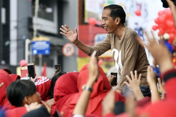 Calon Presiden nomor urut 01 Joko Widodo (kanan) menyapa peserta jalan sehat bertajuk Sehat Bersama 01JokowiLagi di Lampung, Sabtu (24/11/2018). - ANTARA/Puspa Perwitasari