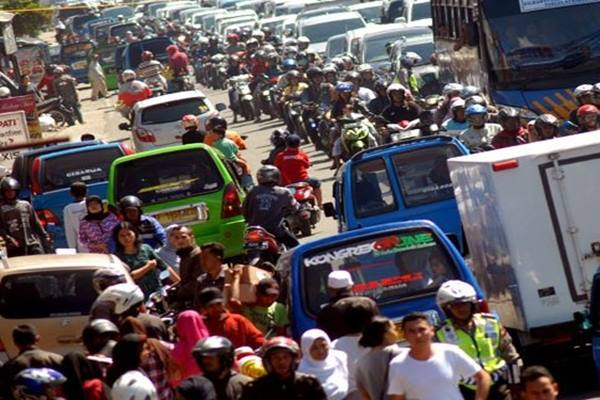 Arus Mudik Jalur Puncak Bogor Suasana kemacetan arus mudik di Jalan Raya Puncak, Kabupaten Bogor, Jawa Barat, Senin (4/7/2016). Pada H-2 Lebaran, Volume kendaraan pemudik yang melintas di Jalur Selatan Puncak, menuju daerah lain di Jawa Barat seperti Cianjur, Bandung dan Tasikmalaya meningkat dan mengalami kemacetan parah di sejumlah titik. - Antara