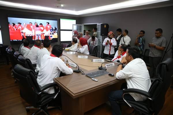 Menteri Pemuda dan Olohraga Imam Nahrawi (kanan duduk) bersama sejumlah pejabat Kemenpora memantau monitor Situation Room, di Jakarta, Selasa (5/12/2017). - Istimewa