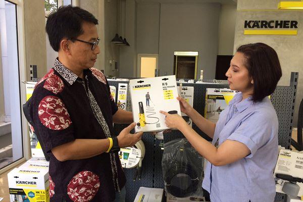 Managing Director Kaercher Indonesia Mateus Bernath mengenalkan salah satu produk terbaru di BSD City, Senin (26/11 - 2018). Kaercher akan melakukan ekspansi besar/besar ke Indonesia dengan menghadirkan produk berteknologi kecerdasan buatan.
