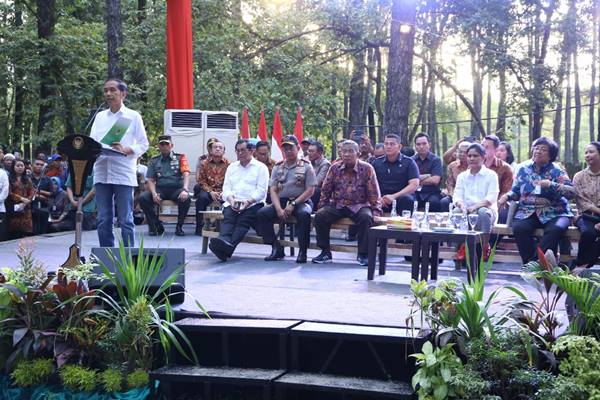 Presiden Joko Widodo memberikan kata sambutan saat penyerahan SK Hutan Sosial untuk kelompok masyarakat Sumsel, di Taman Wisata Alam Punti Kayu Palembang, Minggu (25/11/2018) - Istimewa