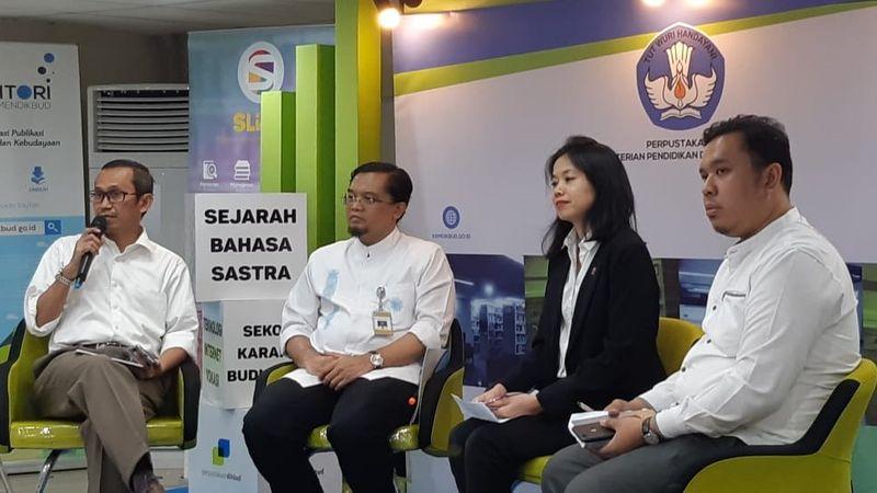 Kepala Biro Komunikasi dan Layanan Masyarakat Kementerian Pendidikan dan Kebudayaan Kemendikbud Ari Santoso (kiri), Kepala Pusat Teknologi Informasi dan Komunikasi Pendidikan (Pustekkom) Kemendikbud Gogot Suharwoto (kedua kiri), dan perwakilan SEAMOLEC dalam acara jumpa pers mengenai International Symposium on Open, Distance, and E-learning (ISODEL) 2018 di Perpustakaan Kemendikbud, Kantor Kemendikbud, Senayan, Jakarta Pusat, Senin (26/11/2018). - Bisnis/Nur Faizah Al Bahriyatul Baqiroh