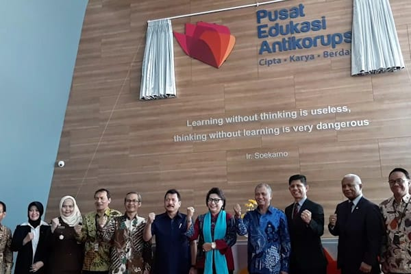 Jajaran Pimpinan KPK bersama para undangan saat peresmian gedung Pusat Edukasi Antikorupsi, Senin (26/11/2018)/ - Bisnis.com // Rahmad Fauzan