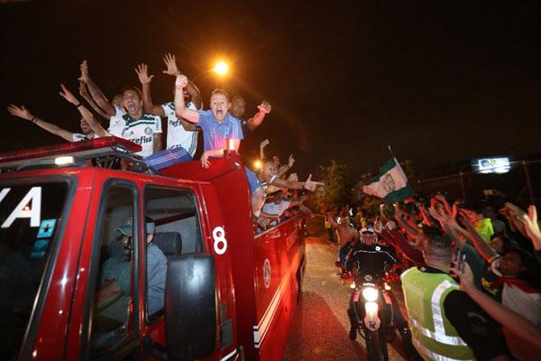 Fans Palmeiras menyambut timnya juara Brasil 2018. - Reuters/Leonardo Benassatto