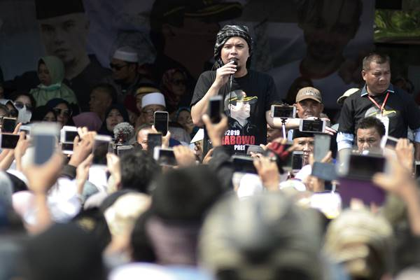 Musisi Ahmad Dhani Prasetyo menyampaikan orasi saat acara deklarasi 2019 Prabowo Presiden di Bandar Lampung, Lampung, Jumat (7/9).  - Antara