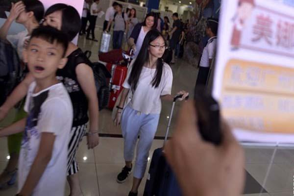 Sejumlah wisatawan dari China tiba di Bandara Sam Ratulangi. - Antara/Adwit B. Pramono