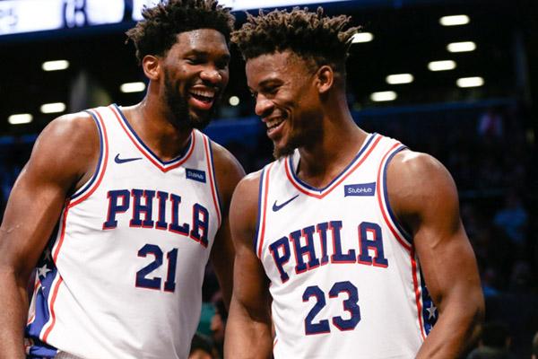 Dua pebasket andalan Philadelphia 76ers, Joel Embiid (kiri) dan Jimmy Butler, saat membawa timnya tim mereka menundukkan Brooklyn Nets. - Reuters