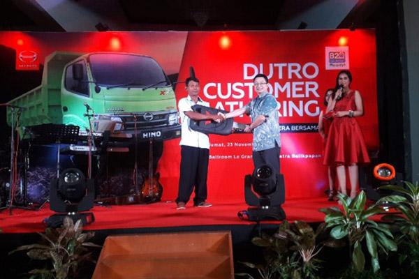 Perwakilan dealer PT Kumala Motor Sejahtera Bersama menyerahkan hadiah kepada pemenang undian Beli Hino Dapat Wuling di Balikpapan. - Bisnis/Sophia Andayani