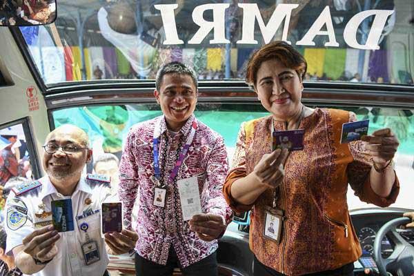 Dirut Perum Damri Setia N Milatia Moemin (kanan) bersama Direktur Telkom Dian Rachmawan (tengah) dan Kepala Badan Pengelola Transportasi Jabodetabek Bambang Prihartono (kiri) mencoba Bus Damri saat peluncuran E-Ticketing Damri di Pool Damri Kemayoran, Jakarta, Kamis (22/11/2018). - ANTARA/Hafidz Mubarak A