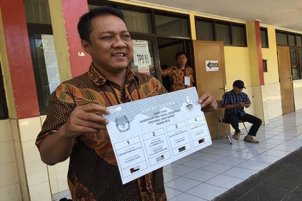 Petugas KPPS 02 TPS 05 Wiyataguna, Pasirkaliki Bandung, Lulu Ridwan menjelaskan cara mencoblos untuk kaum difabel dalam gelaran Pilkada Serentak 2018.-JIBI - Wisnu Wage