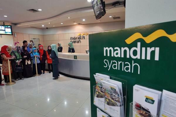 Karyawati Bank Syariah Mandiri (BSM) memberikan penjelasan produk layanan kepada guru sekolah menengah yang berkunjung ke banking hall BSM di Jakarta, Rabu (18/10). - JIBI/Dwi Prasetya