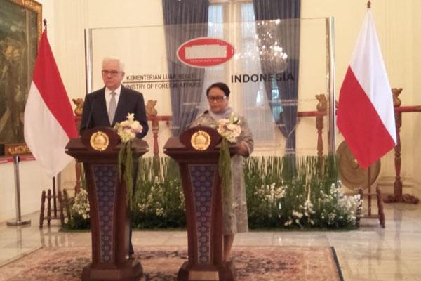 Menteri Luar Negeri Indonesia Retno Marsudi (kanan) dan Menteri Luar Negeri Polandia Jacek Czaputowicz (kiri) memberikan keterangan bersama saat melakukan pertemuan bilateral di Gedung Pancasila, Kementerian Luar Negeri, Jakarta, Senin (26/11/2018). - Bisnis/Iim Fathimah Timorria