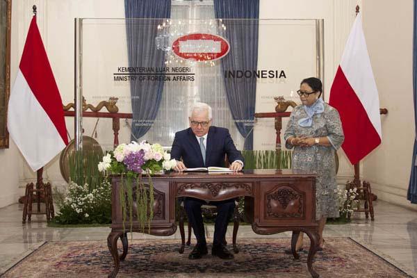 Menteri Luar Negeri Indonesia Retno Marsudi (kanan) menyambut kedatangan Menteri Luar Negeri Polandia Jacek Czaputowicz (kiri) untuk melakukan pertemuan bilateral di Gedung Pancasila, Kementerian Luar Negeri, Jakarta, Senin (26/11/2018). - Bisnis/Iim Fathimah Timorria