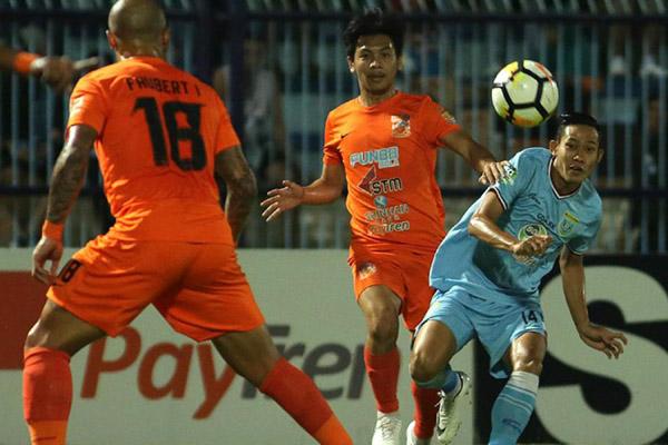 Laga Borneo FC (jingga) versus Persela Lamongan (biru langit). - LigaIndonesia.id